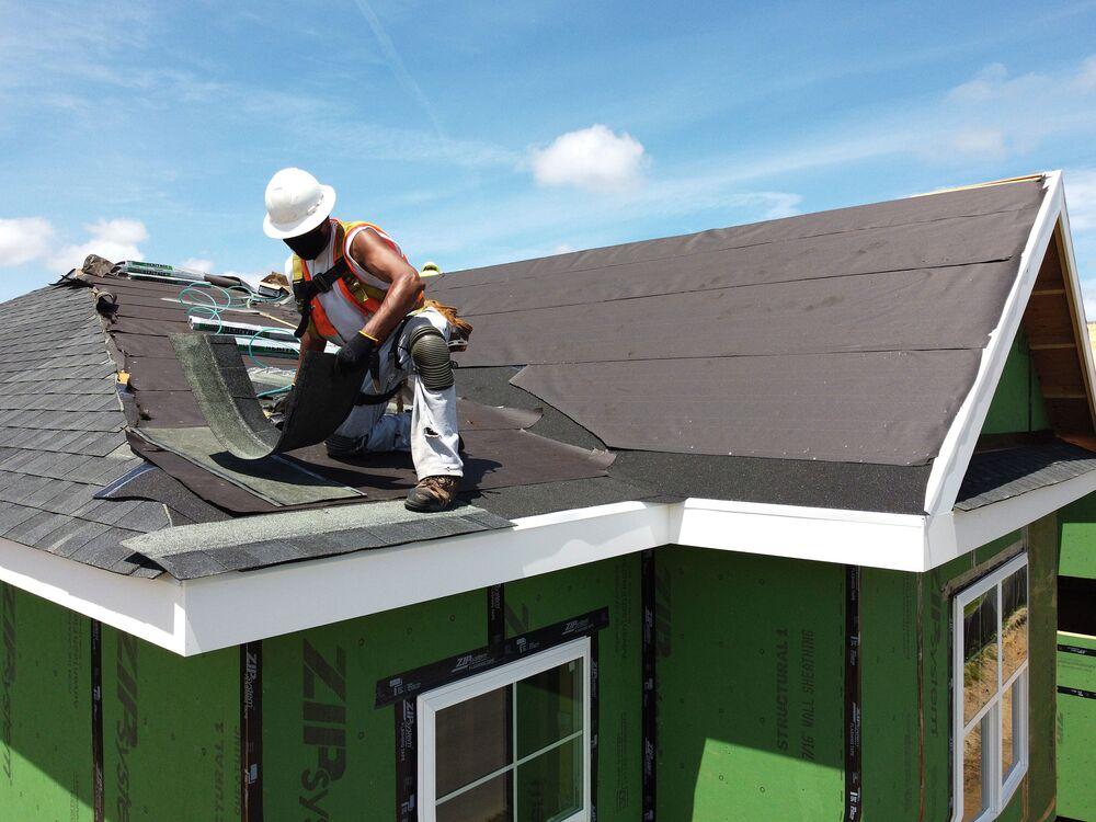 Vista de funcionário construindo telhado de casa em Nova York, nos EUA