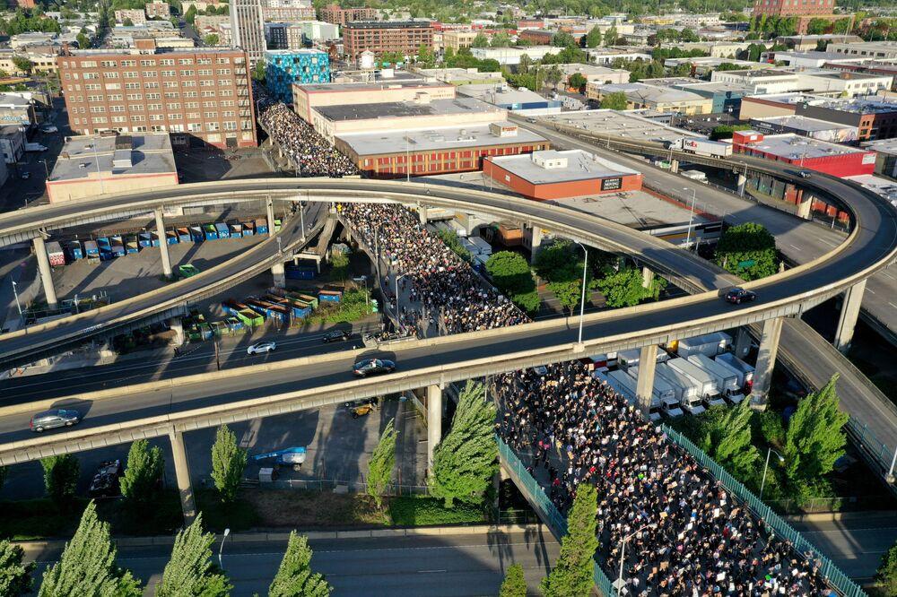 Manifestantes protestam em Portland na quarta-feira (3), nos EUA, contra assassinato de George Floyd pela polícia