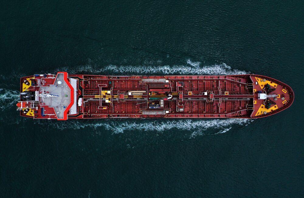 Vista área de petroleiro passando pelo canal de Aransas, no golfo do México após receber carga no EUA