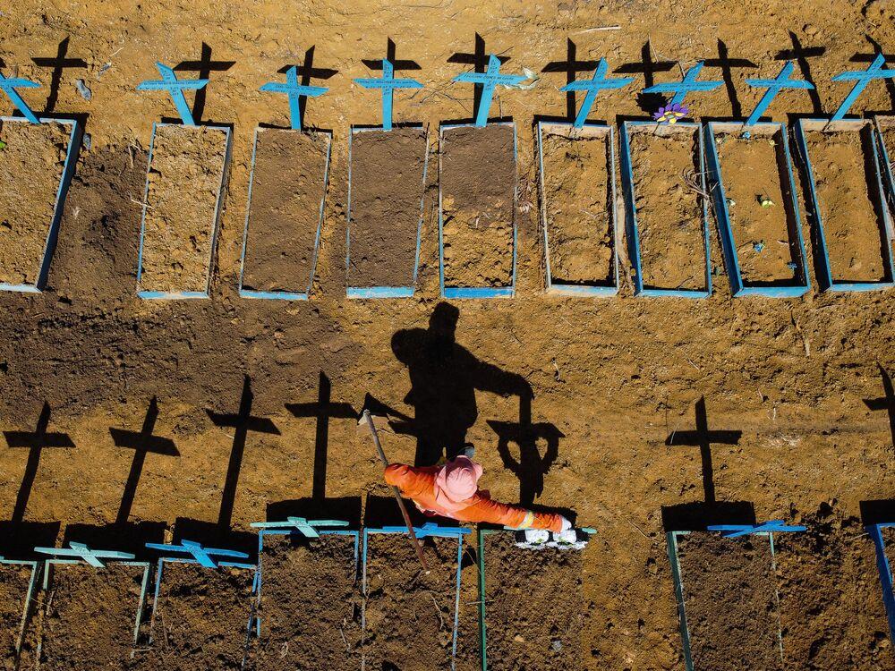 Vista aérea de cemitérios para falecidos contagiados pelo coronavírus no bairro Tarumã de Manaus