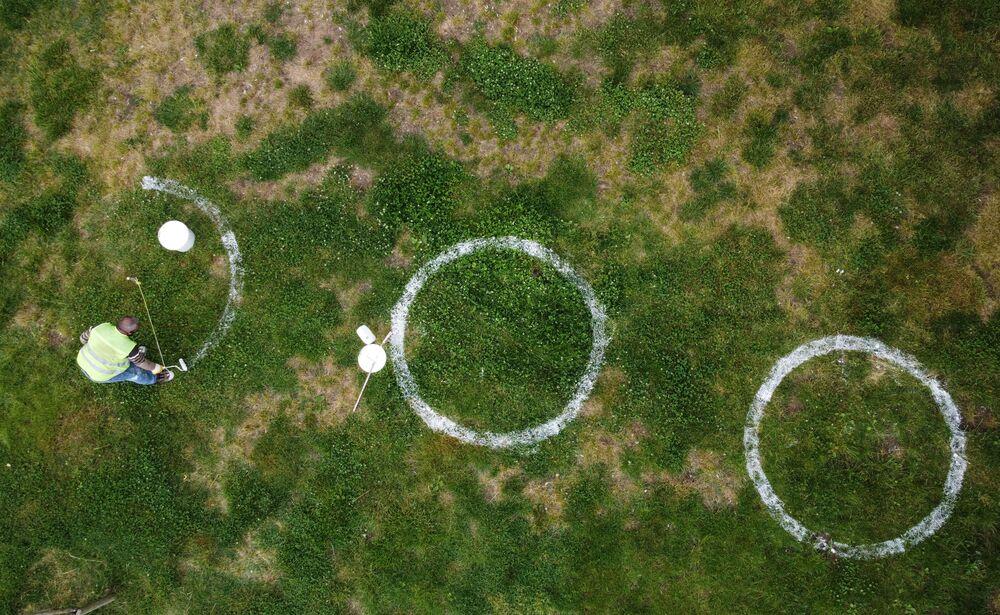 Funcionário municipal desenha círculos para o distanciamento social devido a propagação do coronavírus na Turquia