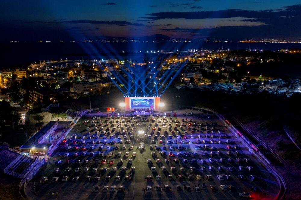 Vista aérea de abertura noturna de festival automobilístico na terça-feira (2) na capital da Grécia, Atenas