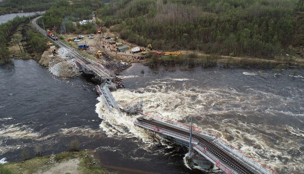 Ponte ferroviária destruída no rio Kola, na região russa de Murmansk