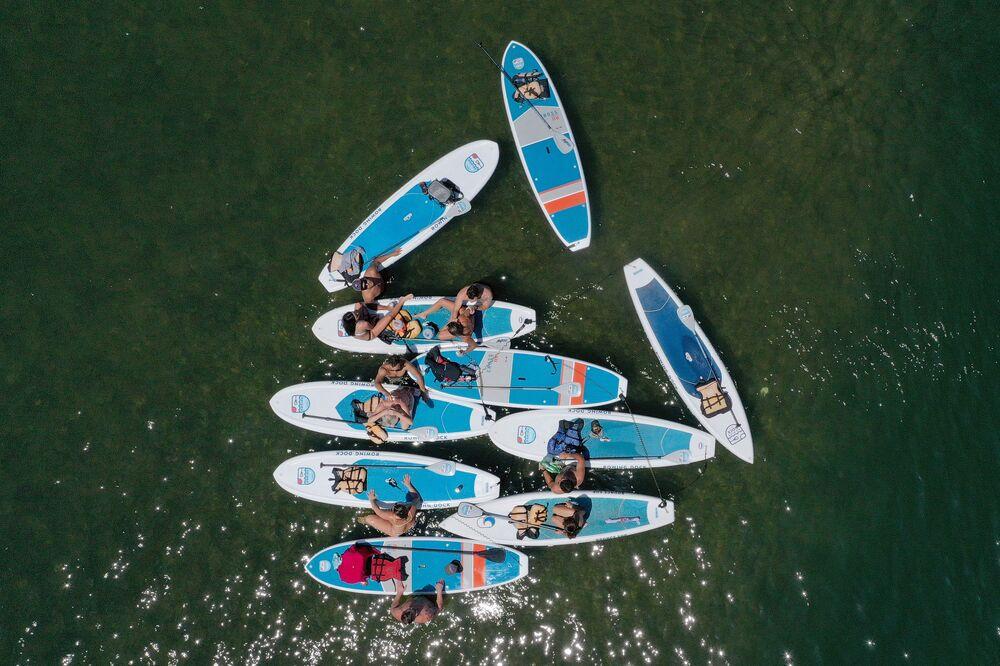 Jovens em caiaques no lago Lady Berd, nos EUA