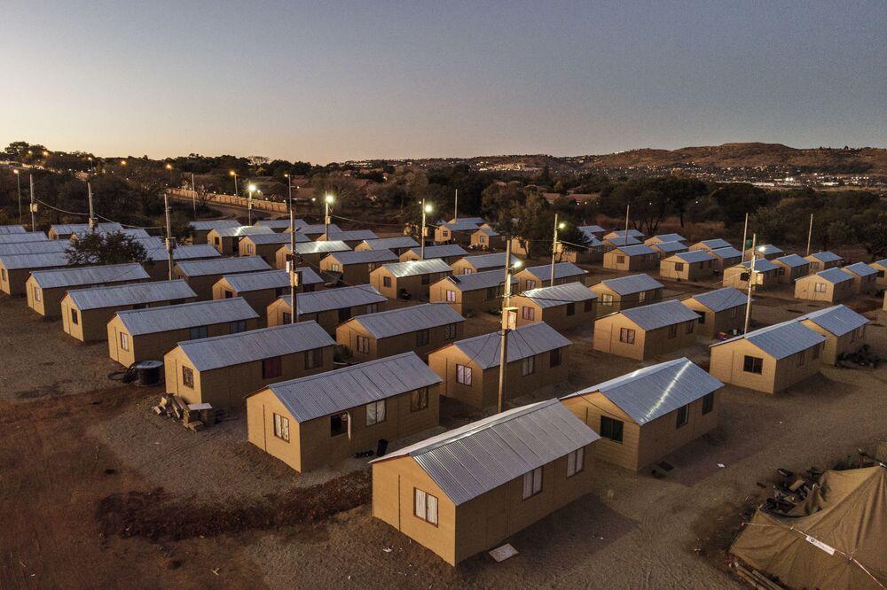 Vista aérea de casas temporárias construídas para famílias de Joanesburgo, na África do Sul