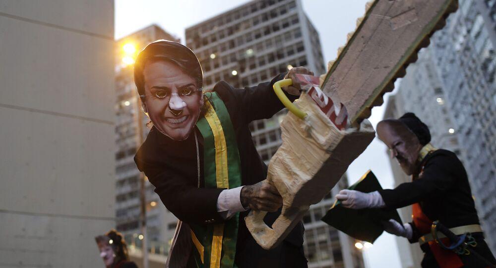 Manifestante fantasiado como Jair Bolsonaro participa de ato em defesa da Amazônia, no Rio de Janeiro