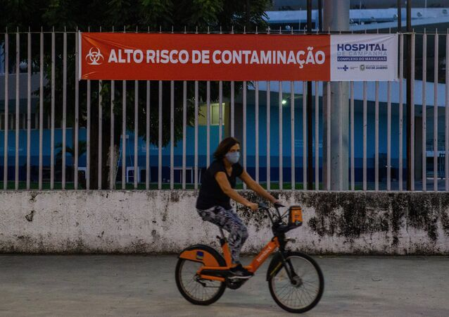 Movimentação no entorno do hospital de campanha montado no Complexo do Maracanã, no Rio de Janeiro, para pessoas contaminadas pelo novo coronavírus