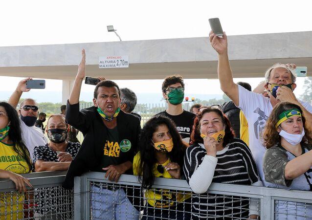 Apoiadores de Jair Bolsonaro xingam profissionais de imprensa que trabalham no Palácio da Alvorada, em Brasília