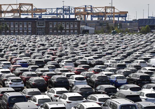 Carros produzidos na Alemanha no porto de Duisburg, Alemanha, 3 de junho de 2020