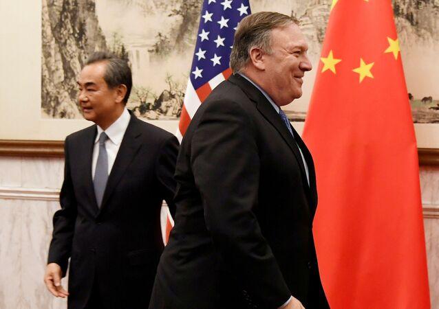 O secretário de Estado dos EUA Mike Pompeo e o primeiro-ministro do Conselho de Estado e chanceler chinês Wang Yi antes da reunião na Pousada Estatal Diaoyutai, em Pequim, China, 8 de outubro de 2018