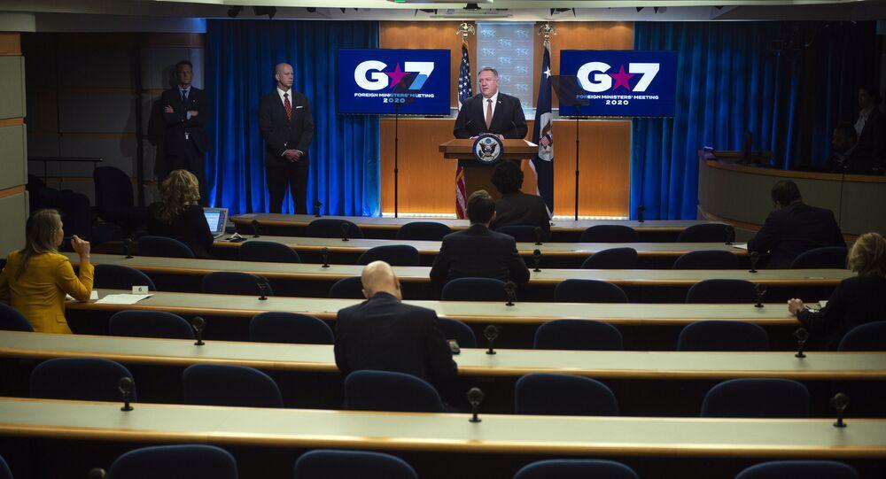 Mike Pompeo, o secretário de Estado dos EUA, fala durante uma coletiva de imprensa no Departamento de Estado em Washington, 25 de março de 2020