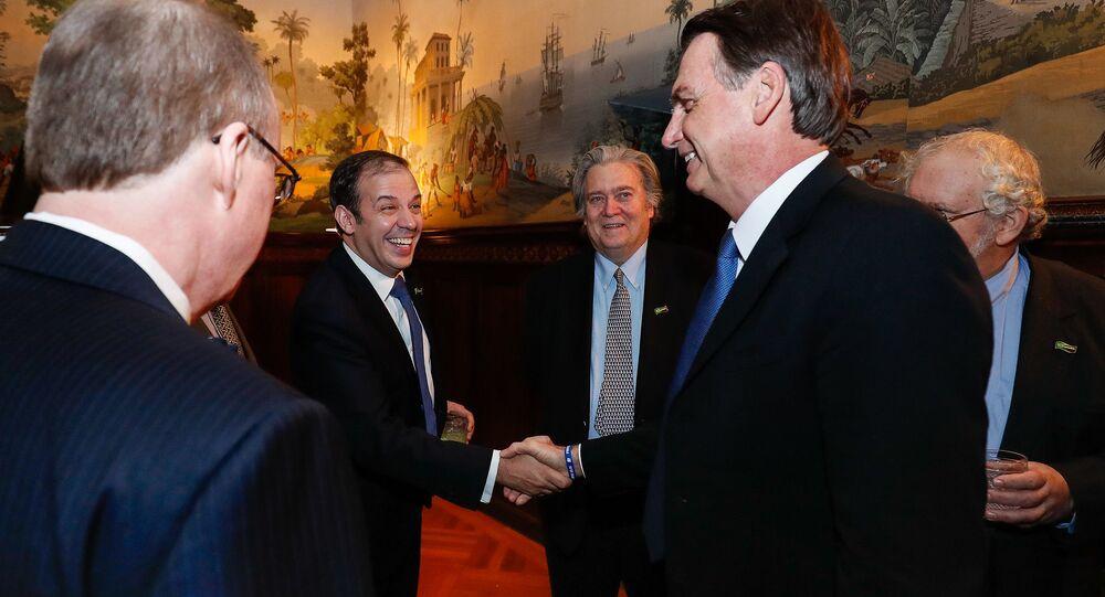 Bolsonaro cumprimenta Gerald Brant com Steve Bannon ao fundo durante evento em Washington (EUA)