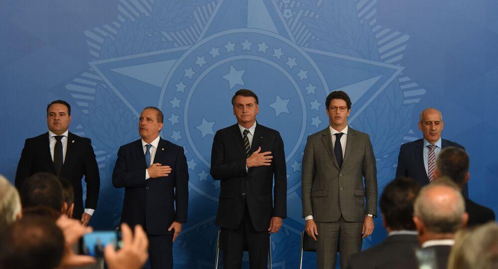 Presidente da Republica, Jair Bolsonaro, participa da Solenidade do Programa Lixao Zero, ao lado do ministro do Meio Ambiente, Ricardo Salles, e de outros membros do governo