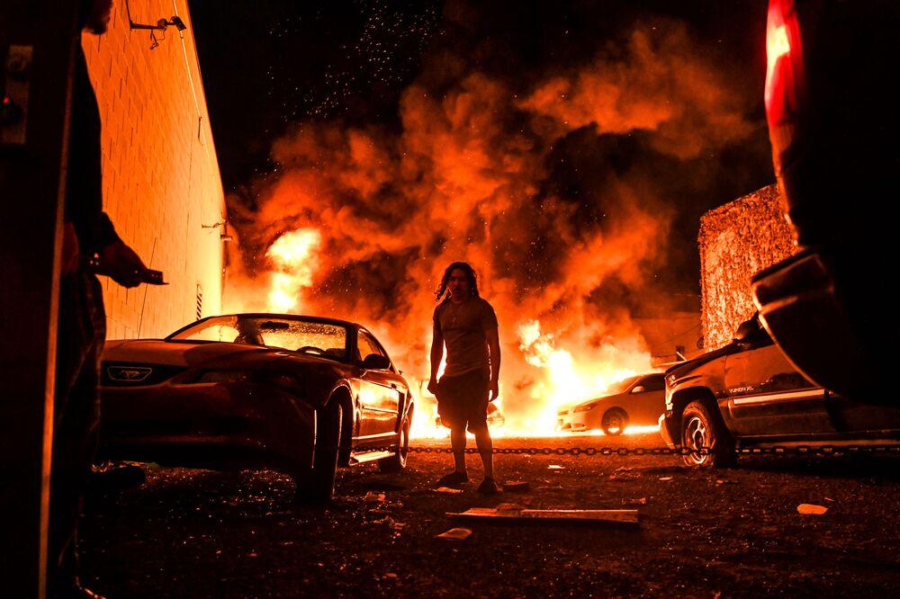 Carro pega fogo em uma garagem durante protestos em Minneapolis, Minnesota, EUA, 29 de maio de 2020