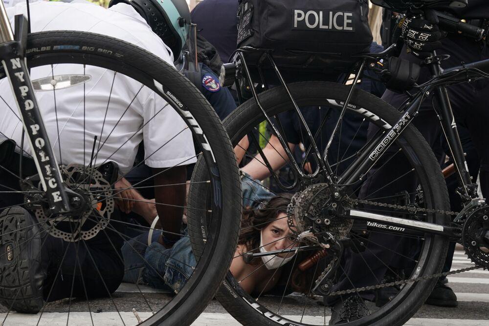 Polícia norte-americana detém manifestantes durante protesto em Nova York, nos EUA