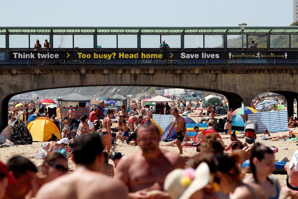 Banhistas apreciam o clima ensolarado na praia de Boscombe, no sul do Reino Unido, em 30 de maio de 2020