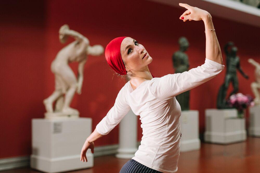 Bailarina se apresenta em concerto on-line em Moscou, Rússia