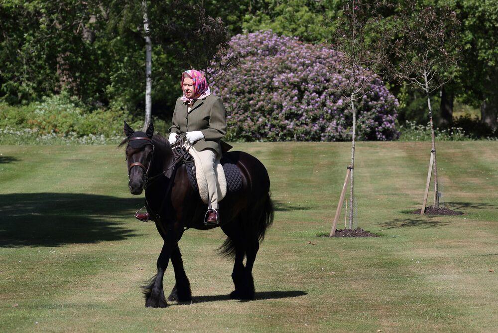 Rainha Elizabeth II do Reino Unido em um pônei no parque do Castelo de Windsor