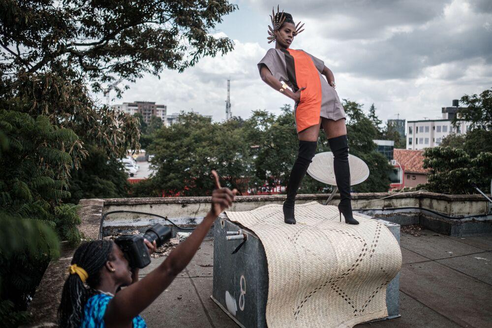 Fotógrafa queniana Barbara Minishi e a estilista Wambui Thimba durante uma sessão de fotos em Nairóbi, Quênia