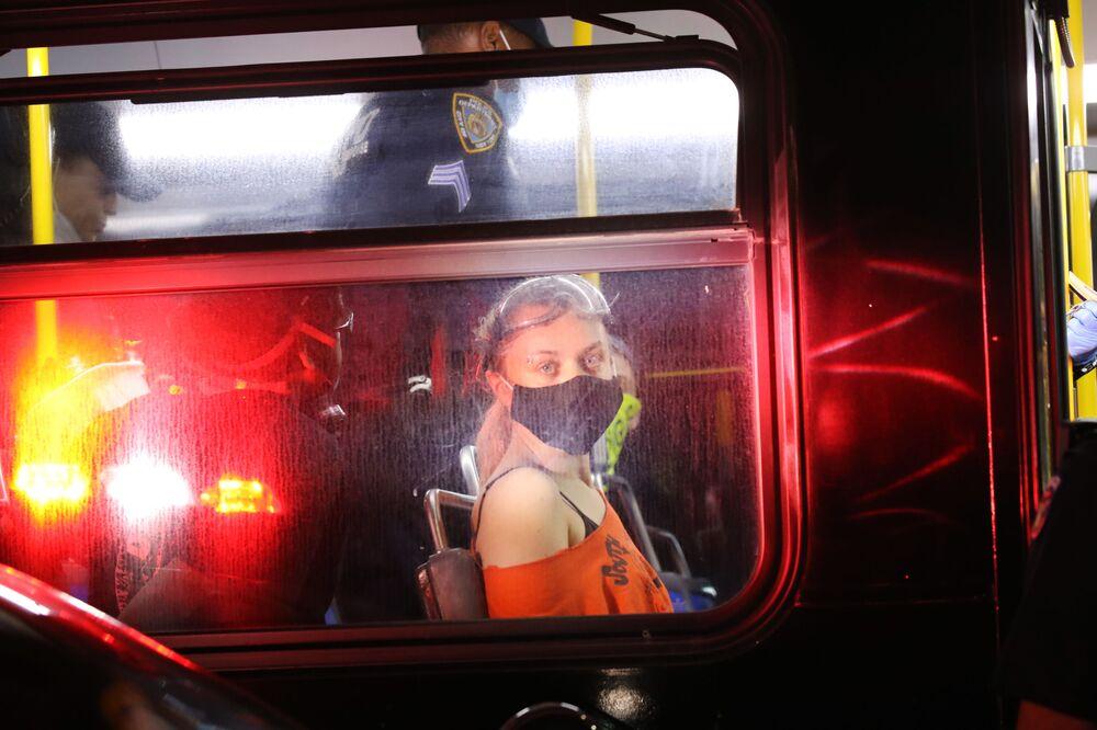 Manifestante sentada em ônibus depois de ser presa no Brooklyn, em 29 de maio de 2020, na cidade de Nova York