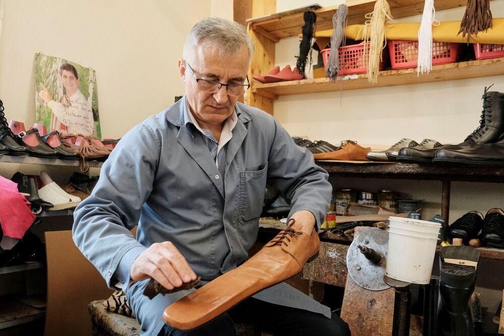Sapateiro romeno cria sapatos de couro de ponta comprida para ajudar a manter distância social, na Romênia, 29 de maio de 2020