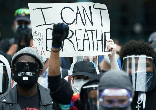 Manifestantes em rua de Nova York devido à morte do afro-americano George Floyd pela polícia em Minneapolis
