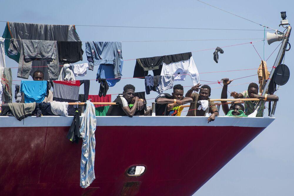 Migrantes secam suas roupas a bordo de barcos turísticos a cerca de 20 quilômetros de Malta, 2 de junho de 2020