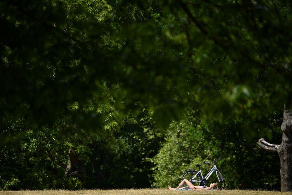 Mulher toma sol em Greenwich Park, sudeste de Londres, em 2 de junho de 2020