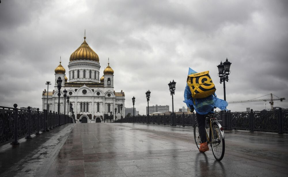 Entregador de comida em frente à Catedral de Cristo Salvador, a principal igreja ortodoxa russa no centro de Moscou, em 2 de junho de 2020