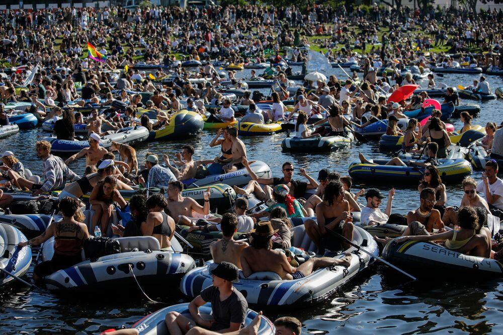 Pessoas em botes durante rave no canal de Landwehr em Berlim, Alemanha