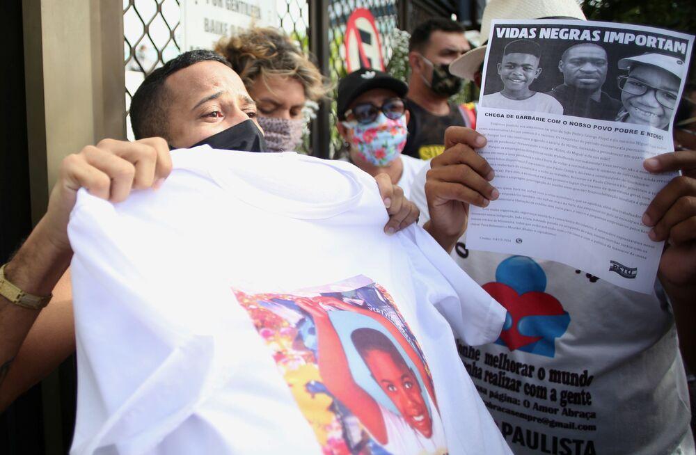Manifestantes participam de protesto do lado de fora do prédio onde Miguel, de 5 anos, morreu após cair do 9º andar do edifício onde sua mãe trabalhava como doméstica, em Recife, Brasil, 5 de junho de 2020