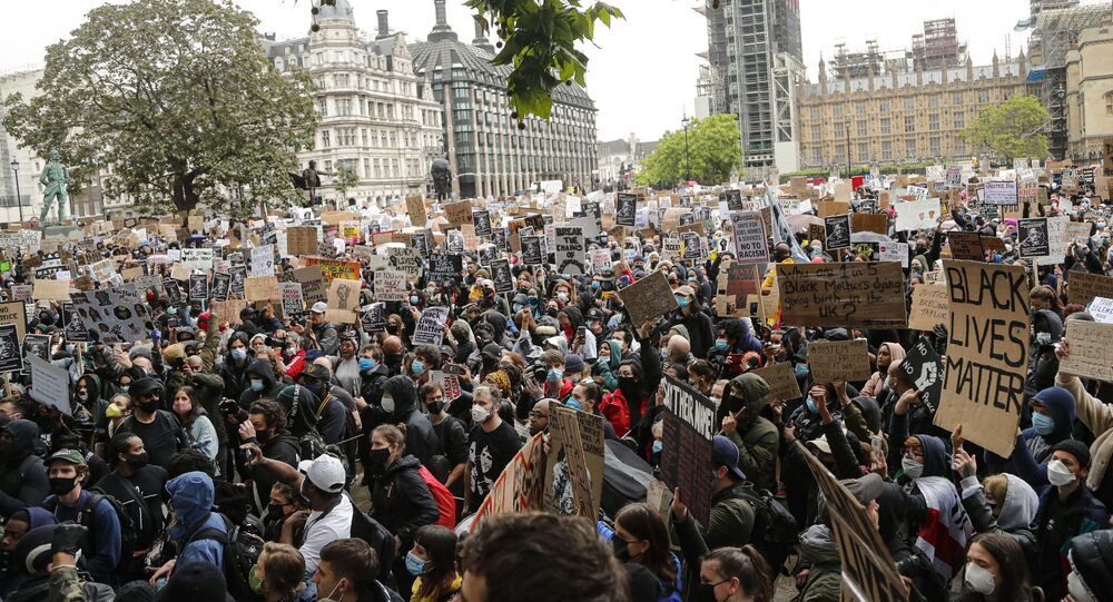 Em Londres, manifestantes protestam contra a violência policial e o racismo, em 6 de junho de 2020, como forma de solidariedade aos protestos contra a morte de George Floyd nos Estados Unidos.