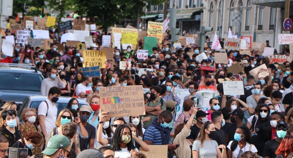 Em Lisboa, manifestantes protestam pacificamente contra a morte de George Floyd