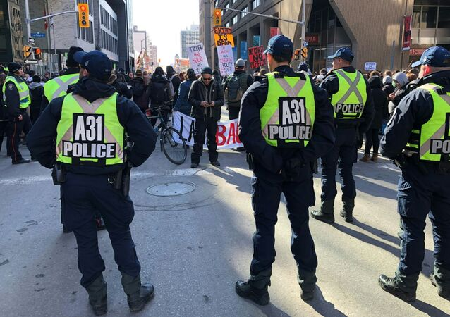 Polícia realiza esquema de segurança durante protesto em Ottawa, Canadá, em 24 de fevereiro de 2020. Manifestantes protestavam contra a construção de um gasoduto em terras indígenas de British Columbia.