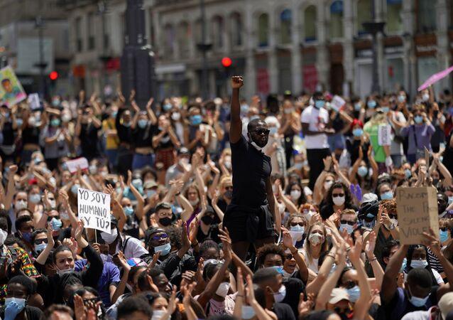 Em Madrid, um homem levanta o punho em meio aos manifestantes contra o racismo e a violência policial, em 7 de junho de 2020, em solidariedade aos protestos contra o assassinato de George Floyd, nos Estados Unidos.