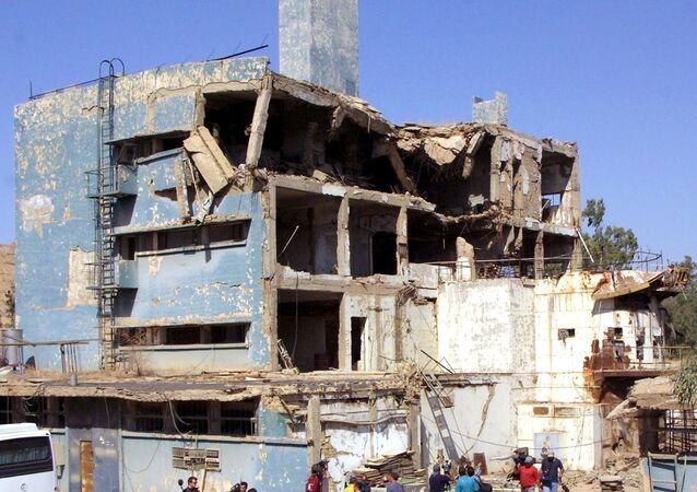 O reator nuclear iraquiano Tammuz (Osirak), bombardeado por Israel durante um ataque aéreo em 1981 em al-Toweitheh, cerca de 30 quilômetros a sudeste de Bagdá, é mostrado a jornalistas, 09 de setembro de 2002