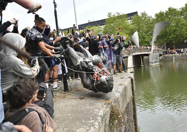 Manifestantes jogam estátua do traficante de escravos Edward Colston, em Bristol, Reino Unido, dentro de um rio durante protesto, em 7 de junho de 2020, contra o racismo e em solidariedade às manifestações contra o assassinato de George Floyd nos EUA.