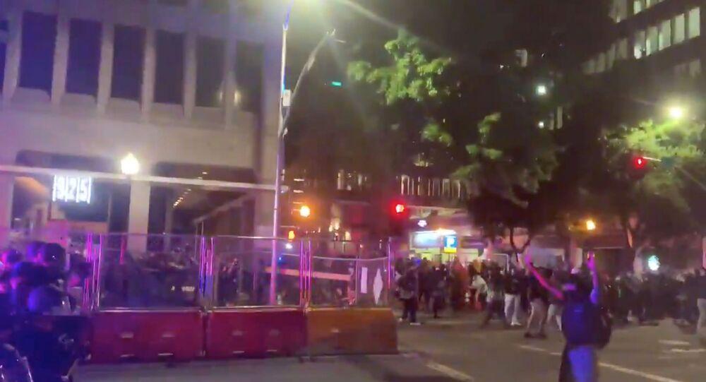Polícia dispara balas de borracha durante um protesto contra a morte de George Floyd, em Sacramento, Califórnia, EUA, 31 de maio de 2020