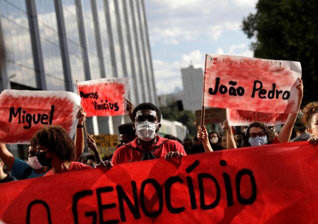 No Rio de Janeiro, manifestantes protestam contra a violência policial nas favelas e contra o racismo, em 7 de junho de 2020.