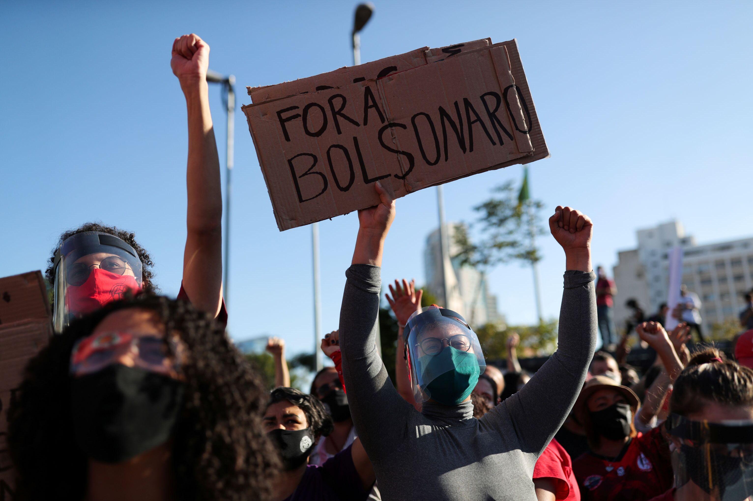 Em São Paulo, manifestantes protestam contra o governo do presidente brasileiro Jair Bolsonaro, em 7 de junho de 2020.