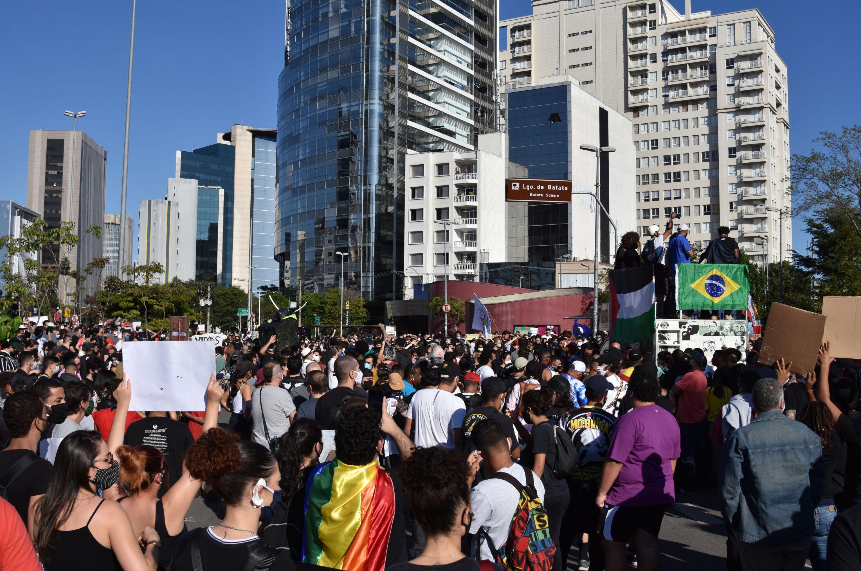 Na Largo da Batata, em São Paulo, manifestantes realizam protesto a favor de democracia, contra o presidente brasileiro Jair Bolsonaro e contra o racismo.