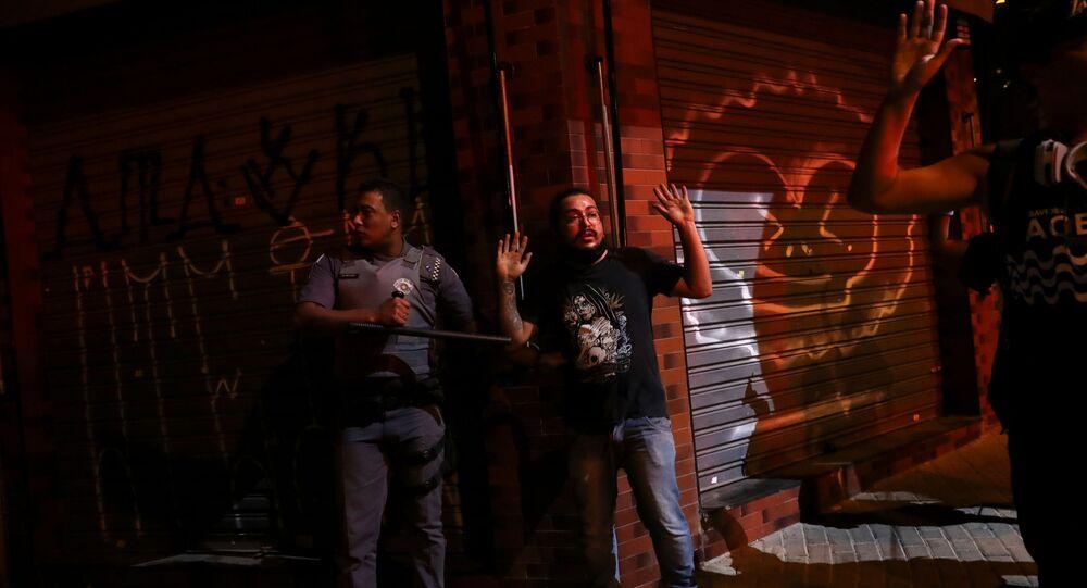 PM com manifestante de ato contra o racismo em São Paulo. Foto de 7 de junho de 2020.