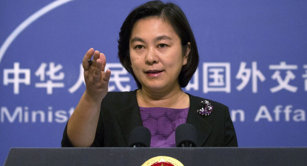 Em Pequim, a porta-voz do Ministério das Relações Exteriores da China, Hua Chunying, gesticula durante coletiva de imprensa em 29 de dezembro de2017.