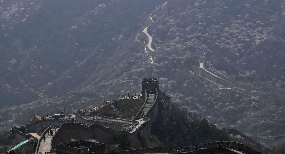 Visitantes caminham em um trecho da Grande Muralha da China depois que ela reabriu há semanas em Pequim, 14 de abril de 2020