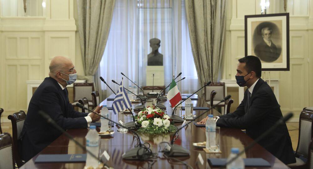 O chanceler grego, Nikos Dendias, à esquerda, reúne-se com seu colega italiano Luigi Di Maio no Ministério das Relações Exteriores, em Atenas, 9 de junho de 2020