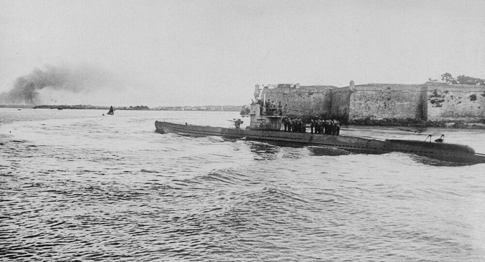 Foto divulgada pelo governo nazista alemão mostra submarino no Canal da Mancha, após extensa viagem, em agosto de 1940