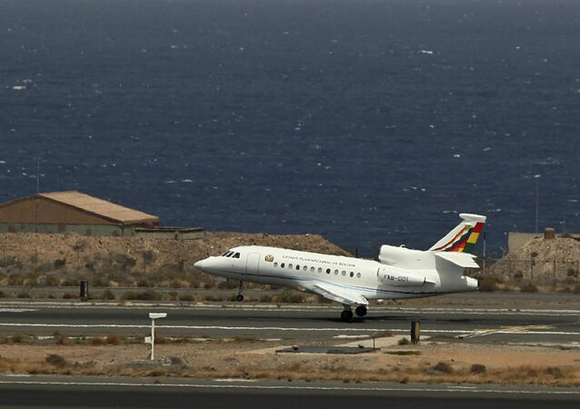 O avião presidencial boliviano que estaria transportando o presidente Evo Morales aterrissa no aeroporto de Gran Canaria, na ilha de Las Palmas de Gran Canaria, Espanha, 3 de junho de 2013