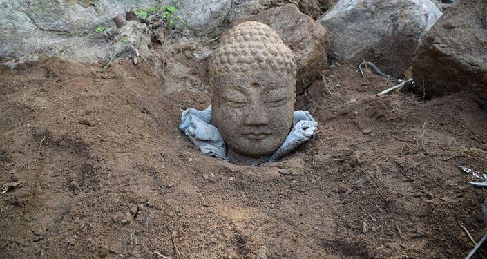 Antiga cabeça de pedra de Buda é descoberta na Coreia do Sul
