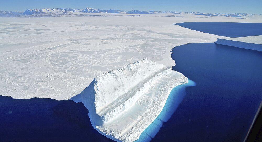 A região gelada da Antártida é uma enorme extensão de gelo branco e águas azuis. Na estação de pesquisa dos EUA, McMurdo Station, março de 2017