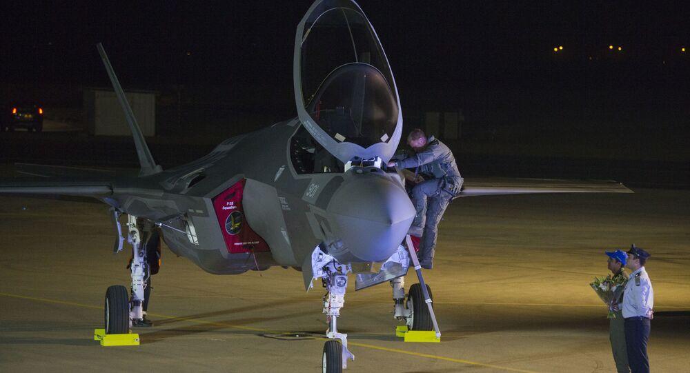 Piloto inaugura caça de última geração F-35